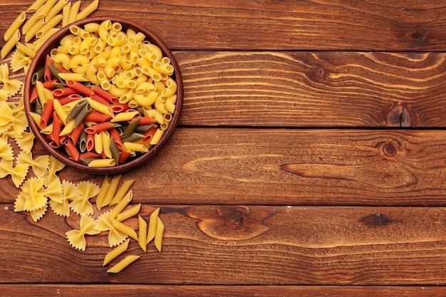 Pâtes Séchées Sur Fond De Bois Photo Premium