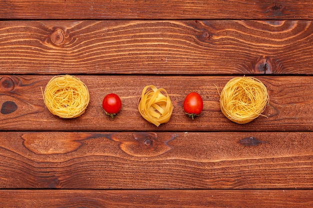 Pâtes Séchées Sur Table En Bois Photo Premium