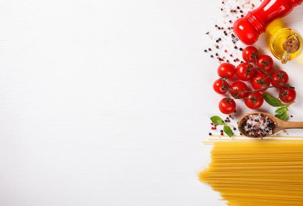 Pâtes spaghetti avec des ingrédients pour la cuisson des pâtes Photo Premium