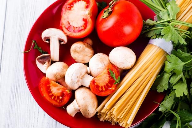 Pâtes spaghetti, légumes et epices Photo Premium