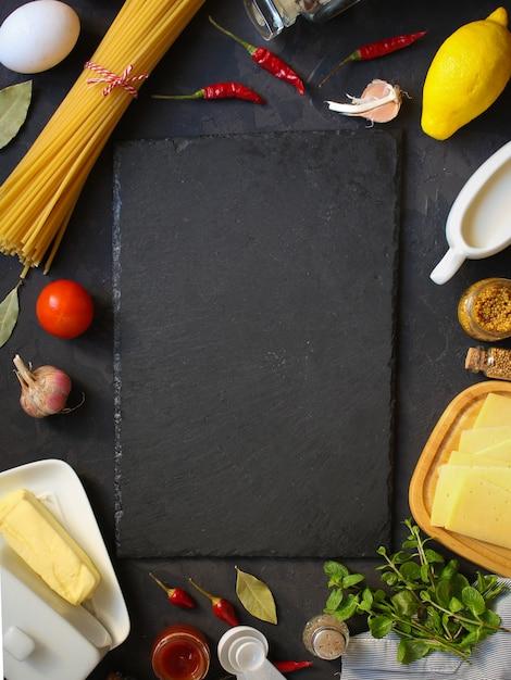 Pâtes, Spaghettis Ou Bucatini Et Ingrédients De La Sauce Tomate. Fond De Nourriture. Espace De Copie Photo Premium