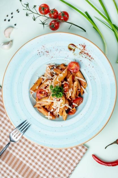 Pâtes à la tomate et aux herbes Photo gratuit