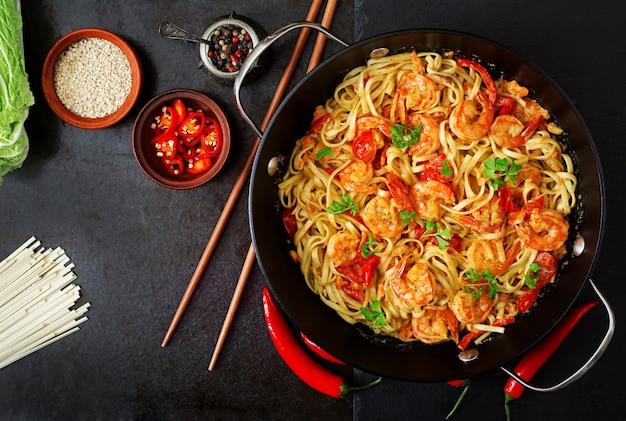 Pâtes Udon Aux Crevettes, Tomates Et Paprika. Vue De Dessus Photo Premium