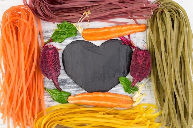 Pâtes végétariennes végétariennes colorées crues. Photo Premium