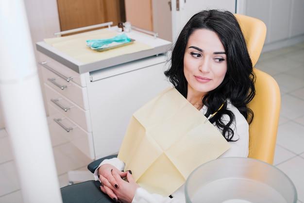 Patient assis dans un cabinet dentaire Photo gratuit