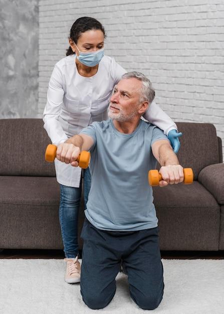 Patient Commençant Un Entraînement De Récupération Médicale Photo Premium