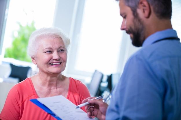 Patient consulter un médecin Photo gratuit