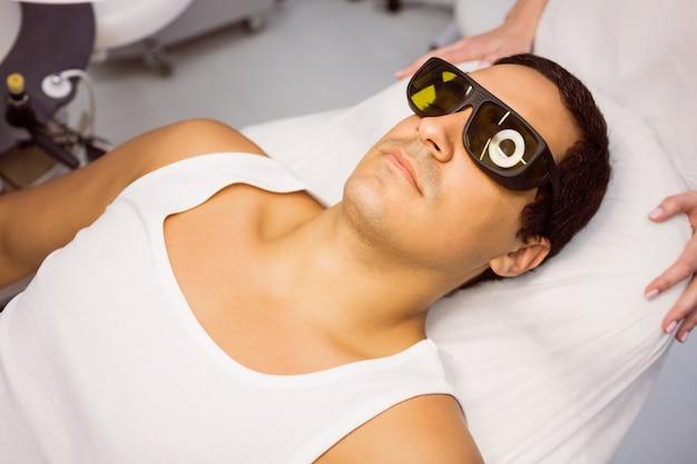 Patient Avec Des Lunettes De Protection Couché Pour Le Traitement Photo gratuit