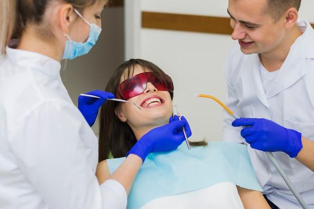 Patient obtenant la procédure chez le dentiste Photo gratuit
