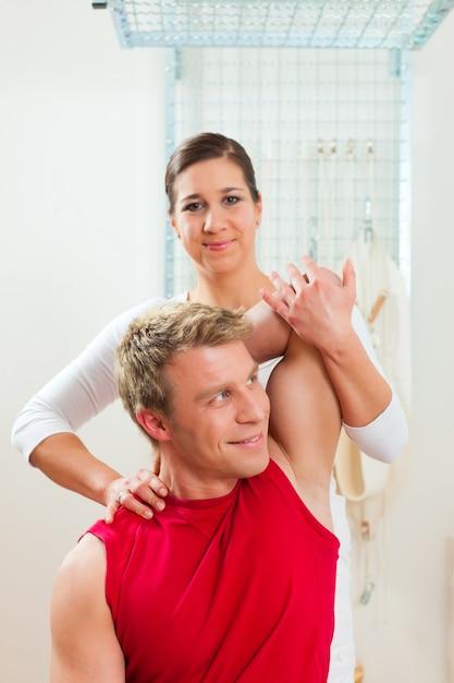 Patient à la physiothérapie faisant de la physiothérapie Photo Premium