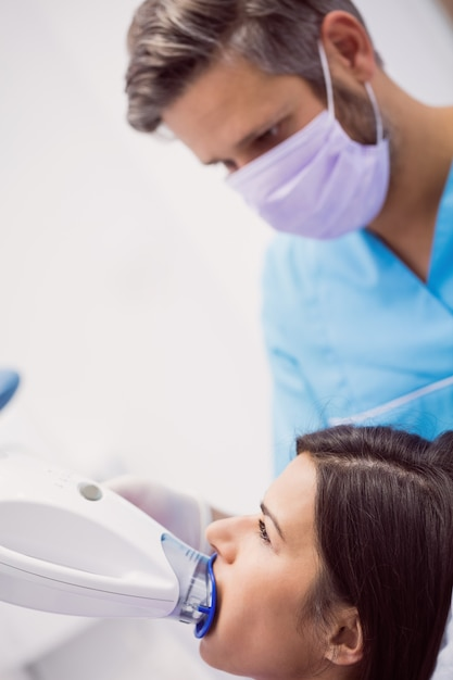 Patient Recevant Un Traitement Dentaire Photo gratuit