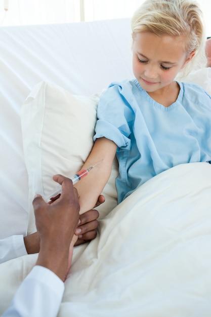 Patient recevant un vaccin Photo Premium