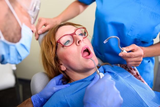 Un Patient Se Fait Soigner Et Soigner Dans Un Cabinet Dentaire Photo Premium