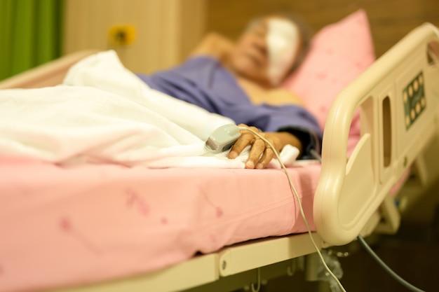 Patient senior avec jauge de pouls pour mesurer le rythme cardiaque sur un doigt âgé du patient. Photo Premium