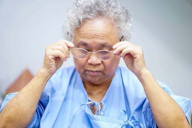 Patiente asiatique âgée ou âgée vieille dame Photo Premium