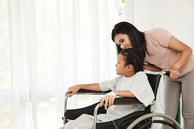 Patiente enfant en fauteuil roulant Photo Premium