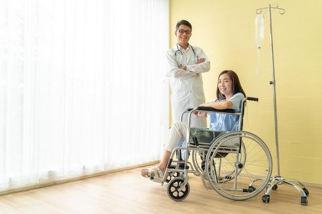 Patiente en fauteuil roulant avec médecin senior Photo Premium