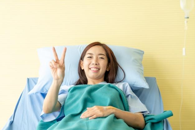 Patiente sur lit d'hôpital Photo Premium