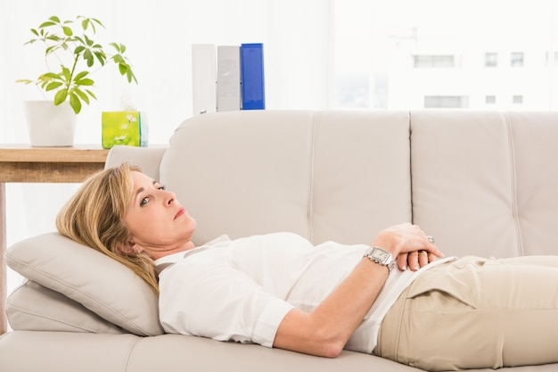 Patiente malheureuse couchée sur un canapé de thérapeutes Photo Premium