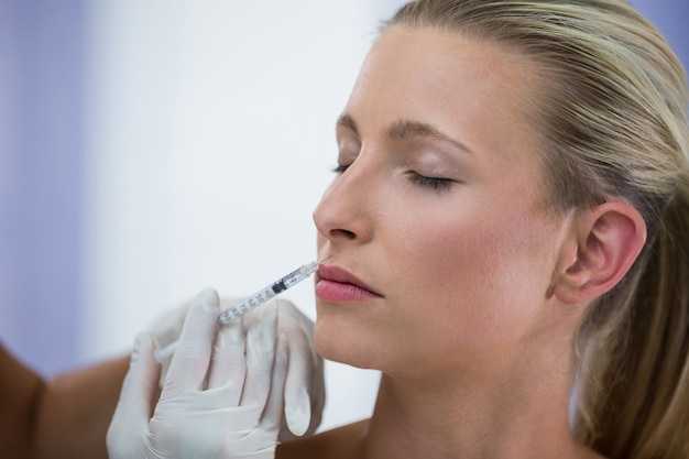 Patiente Recevant Une Injection De Botox Sur Le Visage Photo gratuit