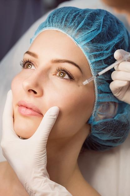 Patiente Recevant Une Injection Sur Son Visage Photo gratuit