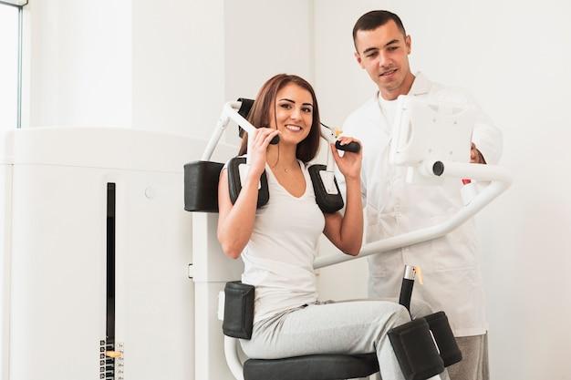 Patiente travaillant à des exercices médicaux Photo gratuit