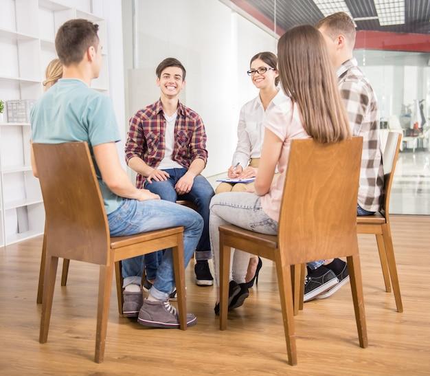 Les patients autour du thérapeute racontant leurs problèmes. Photo Premium