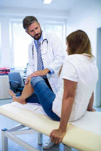 Les patients de sexe masculin médecin contrôleur genoux Photo gratuit