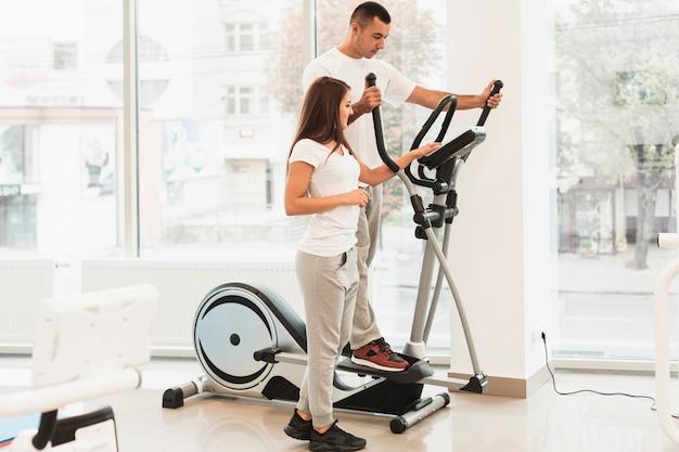 Patients utilisant stepper pour des exercices médicaux Photo gratuit