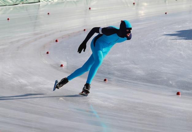 Patineur de vitesse sur anneau gelé Photo Premium