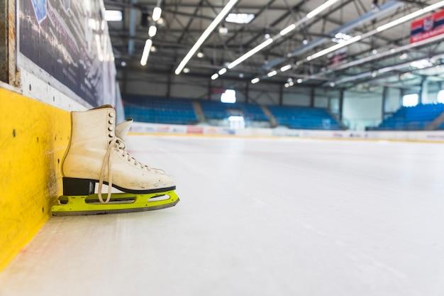 Patins à glace sur une patinoire vide Photo gratuit