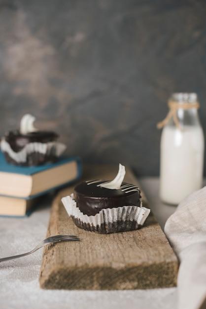 Pâtisserie au chocolat avec une fourchette sur planche de bois Photo gratuit