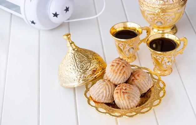 Pâtisserie Ou Biscuit Arabe Traditionnel Maamoul Aux Dattes Ou Noix De Cajou Ou Noix Ou Amande Ou Pistaches. Photo Premium