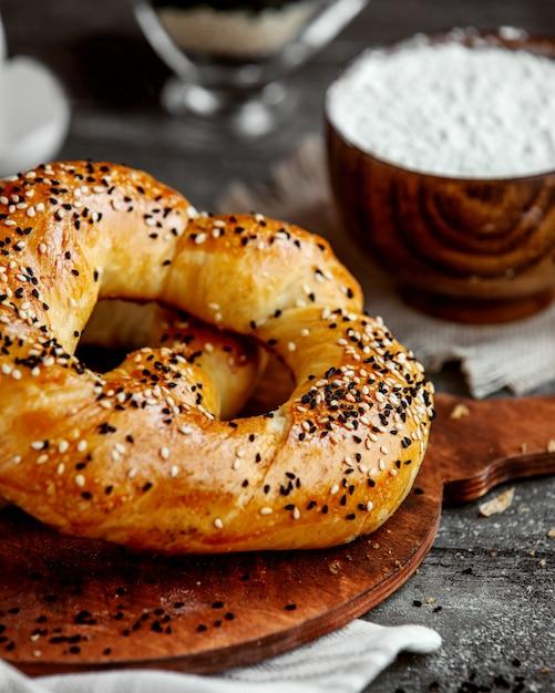 Pâtisserie Circulaire Incrustée De Graines De Sésame Et De Fenouil Photo gratuit