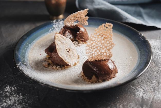Pâtisserie décorative au chocolat sur plaque Photo gratuit