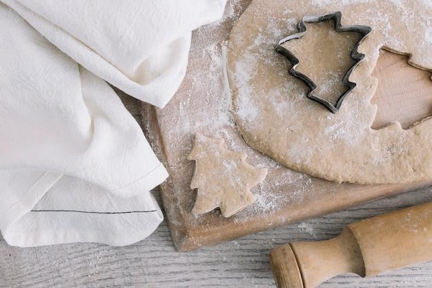 Pâtisserie près de emporte-pièce sur une planche à découper Photo gratuit