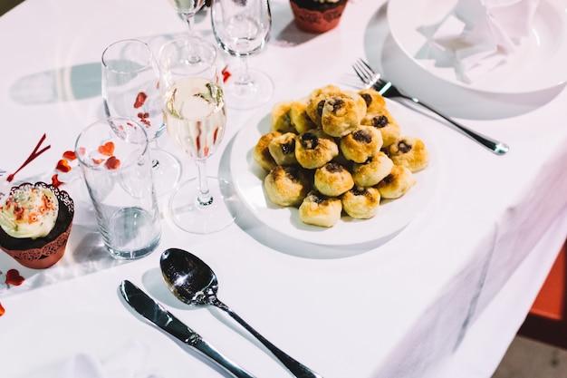 Pâtisserie traditionnelle tchèque lors d'une fête de mariage Photo gratuit