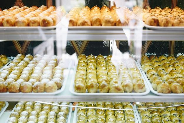 Pâtisseries chinoises dans la vitrine Photo gratuit