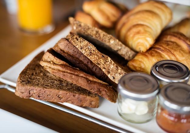 Pâtisseries maison lors d'un petit-déjeuner à l'hôtel Photo gratuit