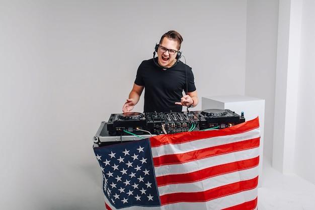 Patriot moderne avec une table de mixage dj écoute de la musique. patriot avec un mixeur dj écoute de la musique Photo Premium