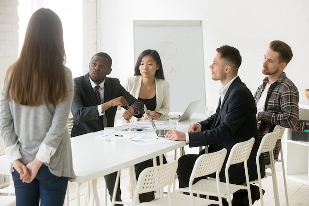 Un patron africain en colère reproche à un employé d'être en retard à la réunion Photo gratuit