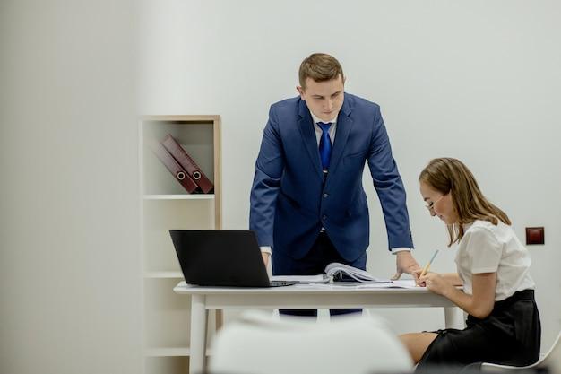 Patron En Colère Criant à Son Jeune Employé, Elle Est Stressée Et Se Sent Frustrée: Patron Hostile Et Concept De Mobbing. Photo Premium