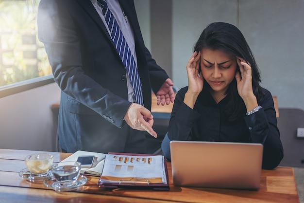 La patronne a blâmé la secrétaire pour son travail et a eu mal à la tête. Photo Premium