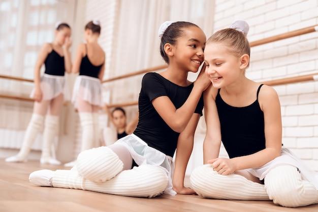 Pause pendant la classe de ballet, happy kids talking. Photo Premium
