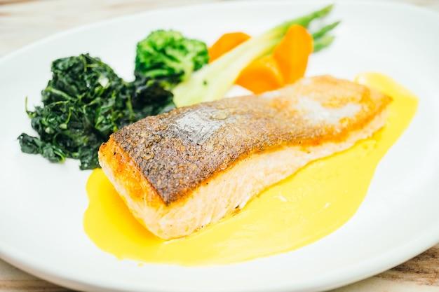 Pavé de filet de saumon dans une assiette blanche Photo gratuit