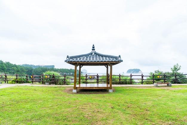 Pavillian coréen à jeju-do oedolgae rock park, dans l'île de jeju Photo Premium