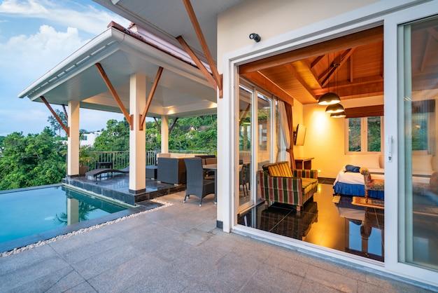 Pavillon design extérieur de la villa avec piscine et chambre à coucher Photo Premium