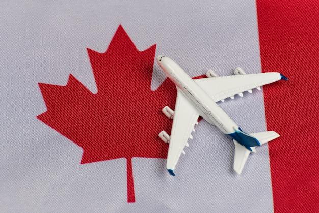 Pavillon Du Canada Et Modèle Réduit D'avion. Vols Vers Le Canada Après La Quarantaine. Reprise Des Vols Photo Premium