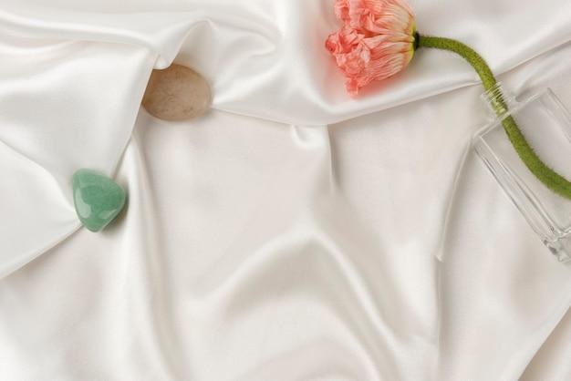 Pavot Carnation Dans Un Vase Sur Tissu Blanc Texturé Photo gratuit