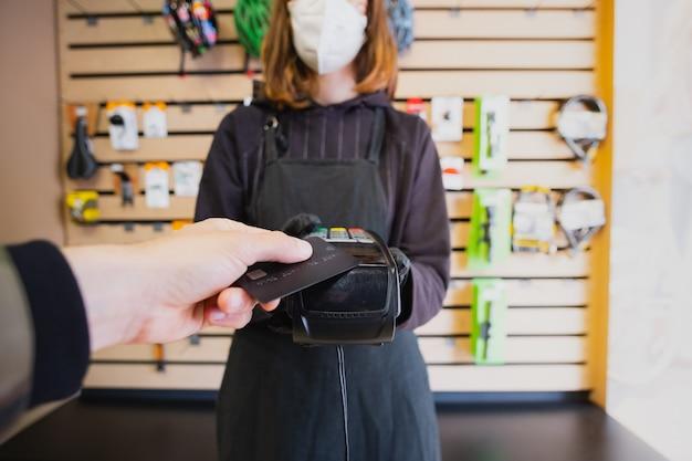 Payer Avec Une Carte De Crédit Dans Un Petit Magasin Local. Photo Premium